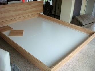 Sockel und Bodenplatten sind in das Bettgestell gebaut und entsprechend ausgerichtet worden.