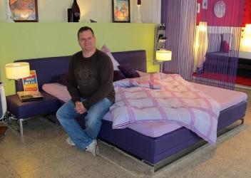 Elton, bekannt aus dem Fernsehen, schläft auf Wasserbett
